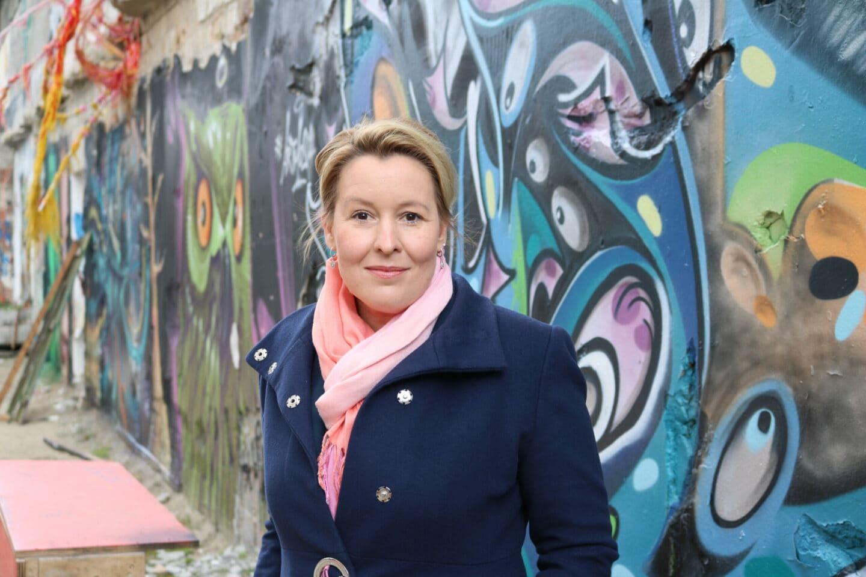 Franziska Giffey im Hinterhof des Hauses der Statistik in Berlin Mitte.