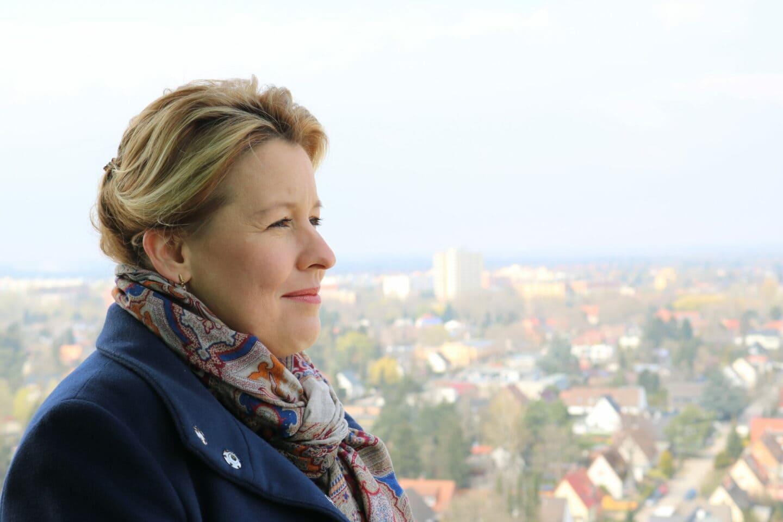 Franziska Giffey schaut über Spandau