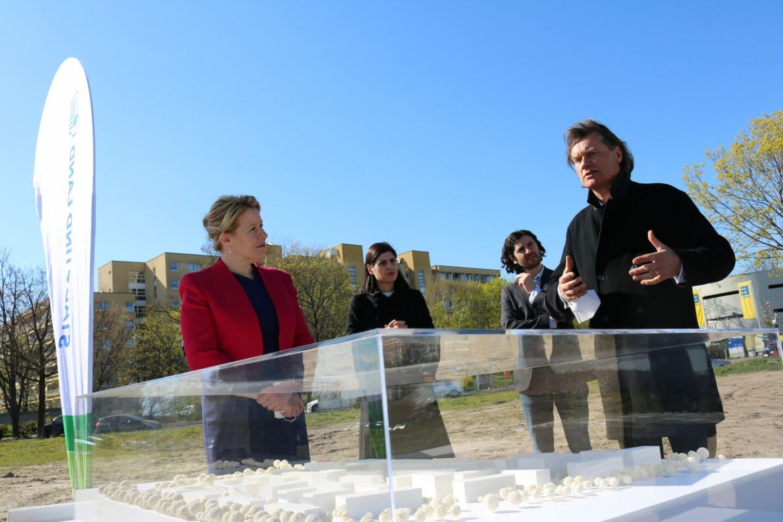 Gemeinsam mit Derya Caglar, Hakan Demir (beide im Hintergrund) besichtigte Franziska Giffey das Bauvorhaben auf den Buckower Feldern.