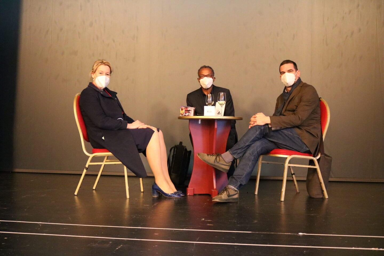 Franziska Giffey im Heimathafen Neukölln im Gespräch mit Künstlern.