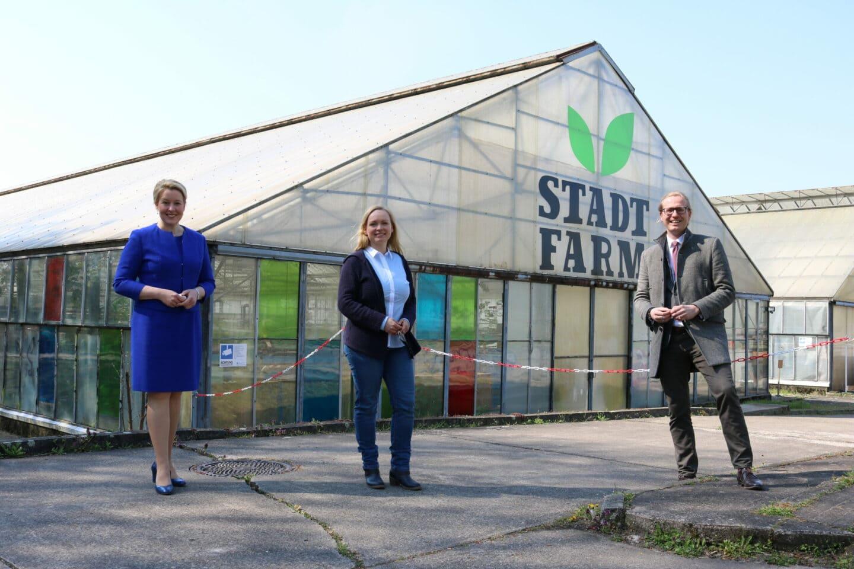 Gemeinsam mit Kevin Hönicke (rechts) besuchte Franziska Giffey die Stadtfarm in Lichtenberg.