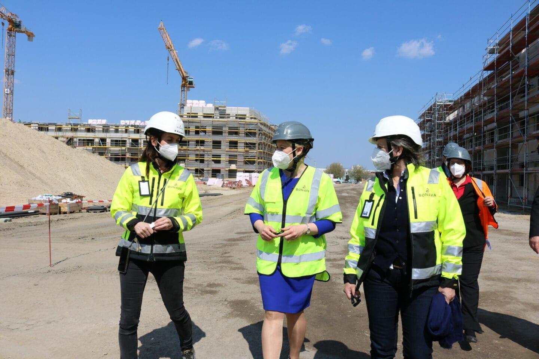 Franziska Giffey mit Vertreterinnen der Baufirma an der Parkstadt Karlshorst.