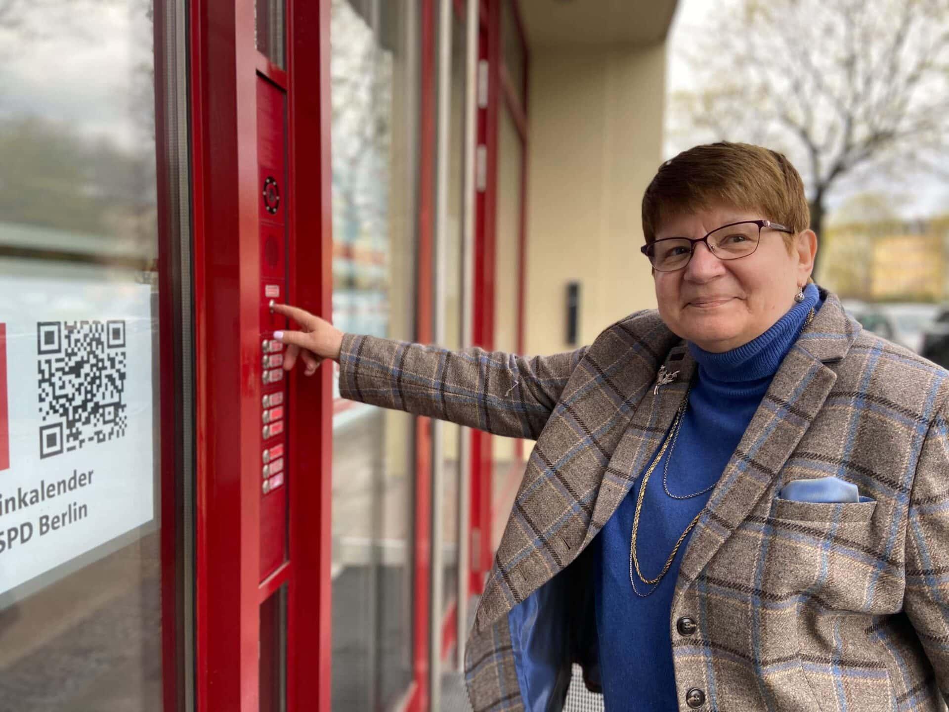 Heidemarie Fischer an der Tür zum KSH