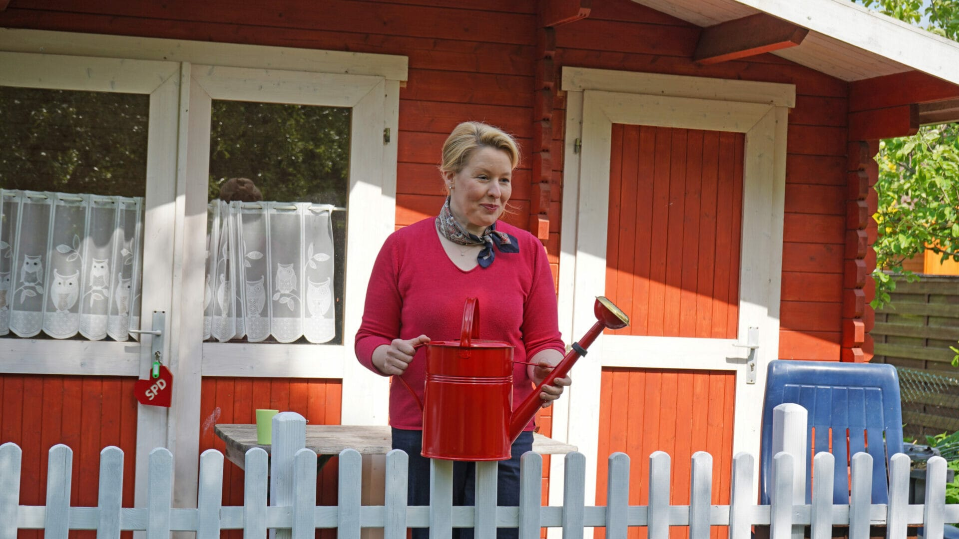 Franziska Giffey vor dem Gartenhaus