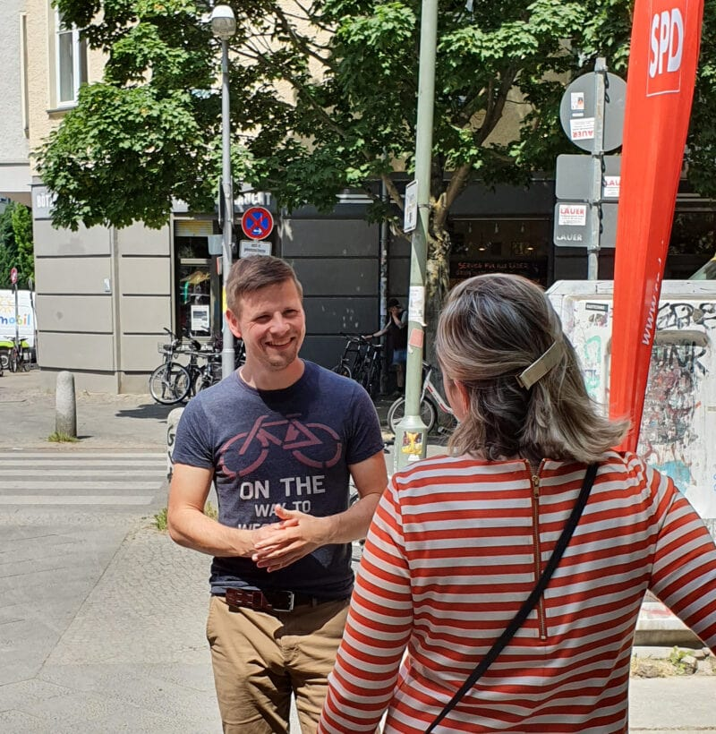 Oliver Möncke (l.) im Gespräch mit einer Frau