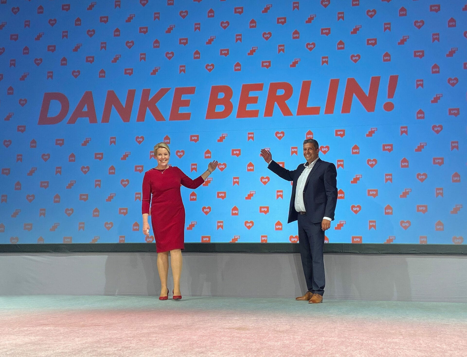 Franziska Giffey und Raed Saleh sagen beim Wahlabend der SPD Berlin: Danke!