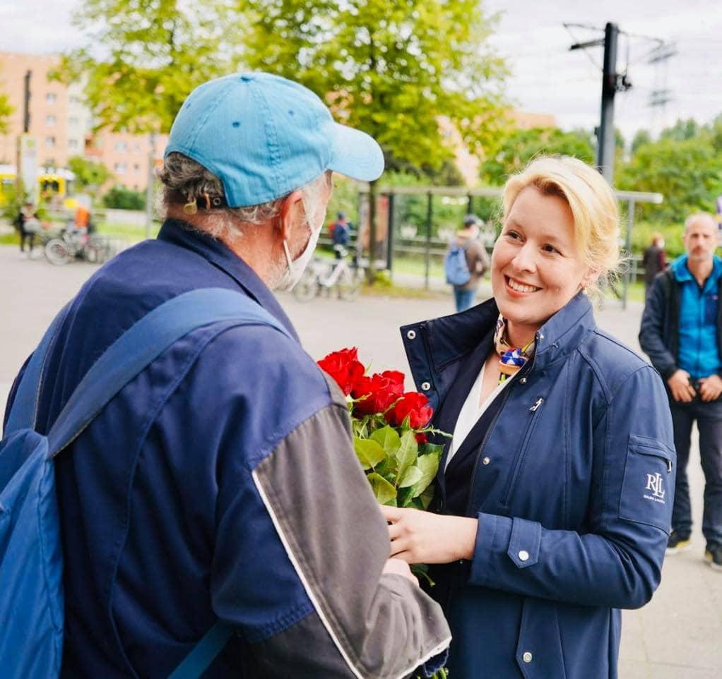 Franziska Giffey im Gespräch mit einem Bürger